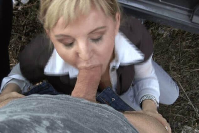 Amateursexfoto zeigt schwanzlutschende Eheschlampe beim Outdoor Sex mit einem Fremden