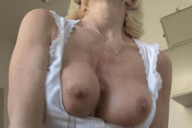 Reife Ehefrau zeigt ihre geilen Titten im deutschen Hausfrauen Sex Video