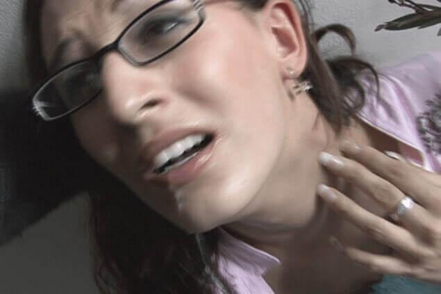 Versaute Hausfrau beim Sex gegen Taschengeld mit dem Nachbar